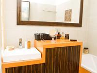 Moc koloru: aranżacje małych łazienek. Pomarańczowa łazienka
