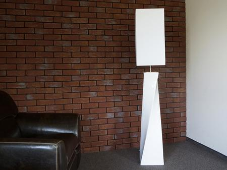 Biała lampa podłogowa TWISS ENVY
