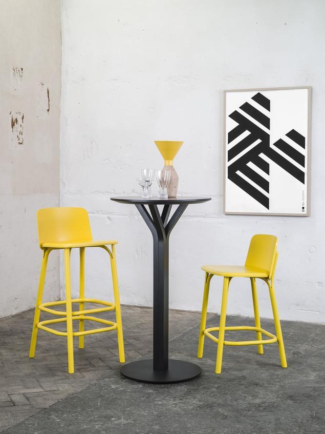 Krzesła i stoły drewniane w industrialnych aranżacjach wnętrz