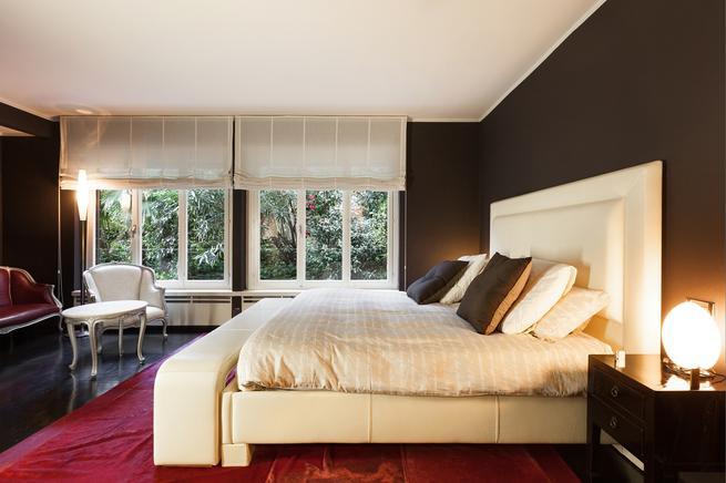 Nowoczesna aranżacja sypialni o eleganckim wystroju