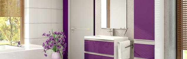 Minimalistyczna aranżacja fioletowej łazienki. Fioletowe meble łazienkowe